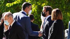 El presidente del Gobierno, Pedro Sánchez, saluda al líder del PP, Pablo Casado.