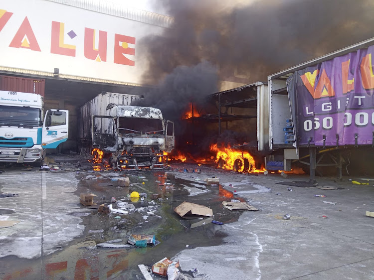 Looters formed 3km queue as they stripped warehouse in 'planned attack'