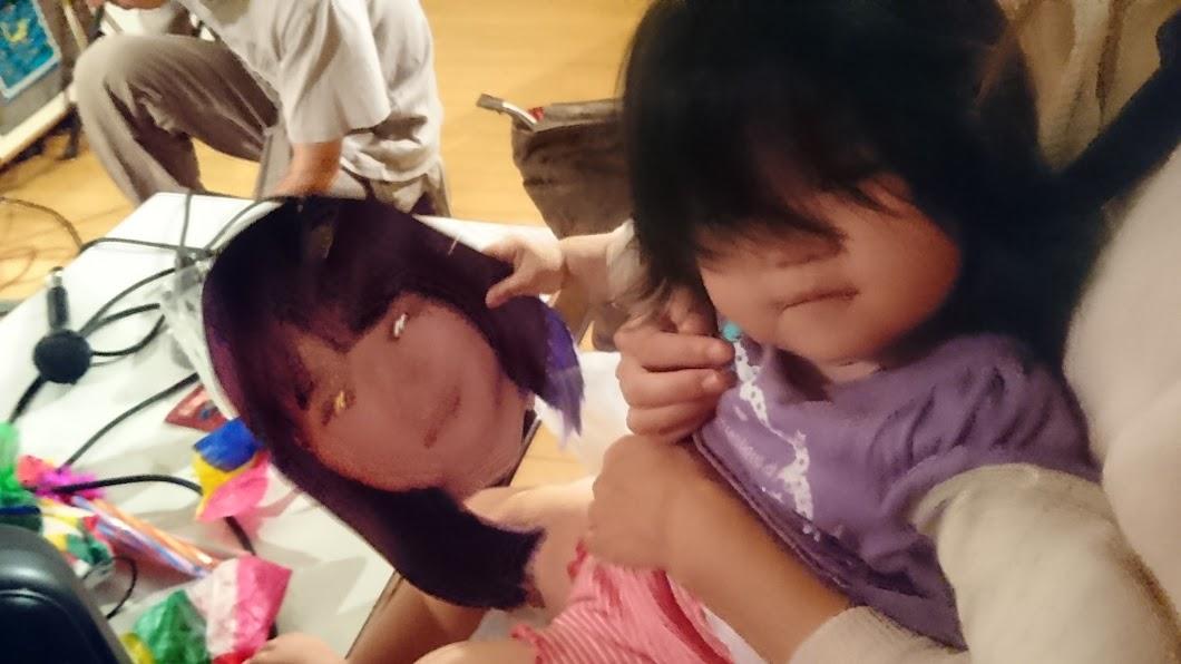 ひとみんトコの娘ちゃんが「ひんでんちゃん お面」に興味シンシン。at [世界の音楽 III]