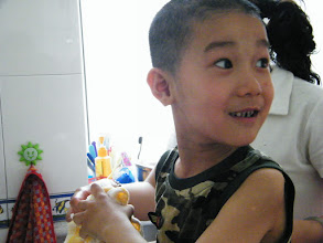 Photo: baby son, warrenzh, owner of warozhu.com and wozon.net, helped by his mom, emakingir, to wash head at home after a haircut.