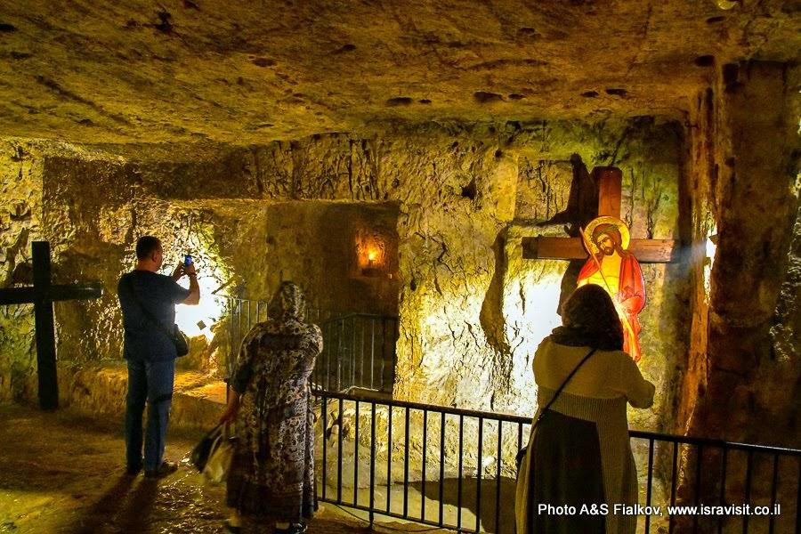 Здесь содержался перед казнью разбойник Варавва. Улица Виа Долороза.  Старый город Иерусалима. Экскурсия в Иерусалиме.