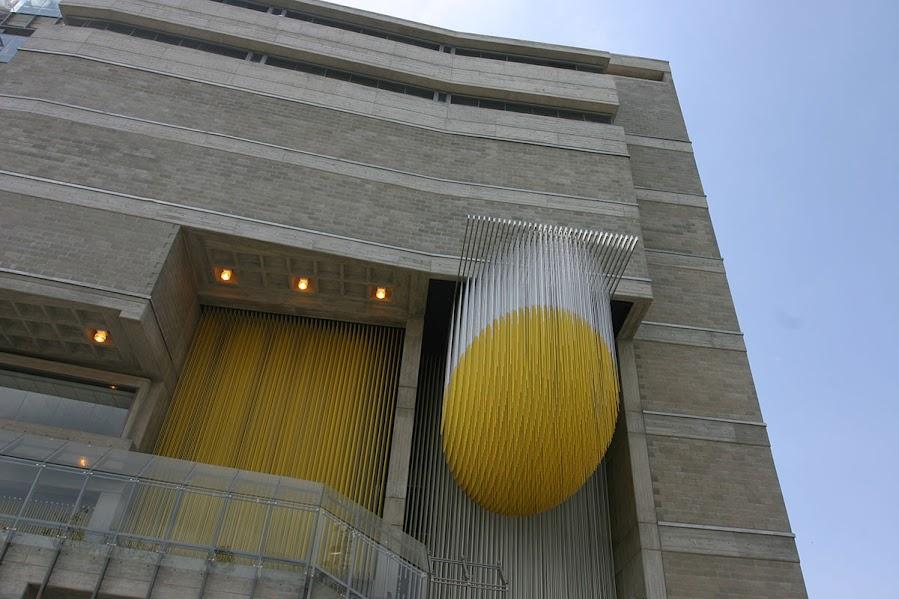 Un móvil del artista cinético venezolano Jesús Soto da la bienvenida en la fachada norte del edificio de concreto armado de 14.750 metros cuadrados.