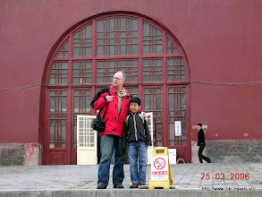 Photo: 25-03-2006. Bij de drumtoren. Cees en Juan.