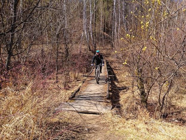 Я на своем велосипеде GT Zaskar переезжаю речку по деревянному мосту