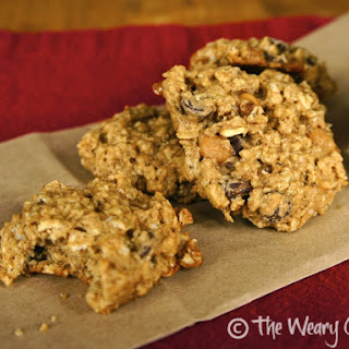 Chewy Oatmeal Cookies with Chocolate and Caramel