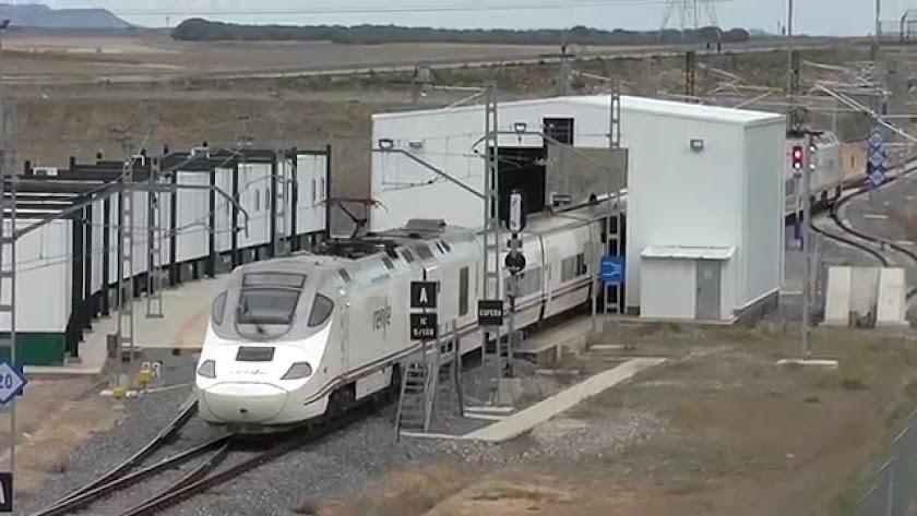 Un tren Alvia pasa por un cambiador de ancho de vía similar al que se está construyendo cerca de Granada.