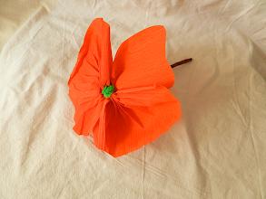 Photo: Mac din hârtie creponată realizat de Maia Martin aproximativ 20 cm înălţime, cupa florii - diametrul aprox. 18 cm. Preţ 3 lei/buc. pentru mai mult de 10 buc. sau 4 lei/buc. pentru fiecare (puteţi alege flori şi din alte postări)  Nu mai este în stoc.    http://dekoratiuni.blogspot.ro/2014/04/mac-din-hartie-creponata.html