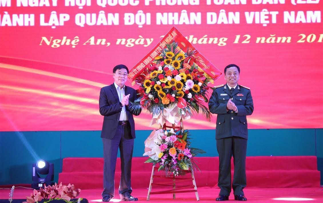 Phó Bí thư Tỉnh ủy Nguyễn Văn Thông tặng hoa chúc mừng cán bộ chiến sỹ Bộ Chỉ huy Quân sự tỉnh nhân kỷ niệm 75 năm Ngày thành lập Quân đội nhân dân Việt Nam