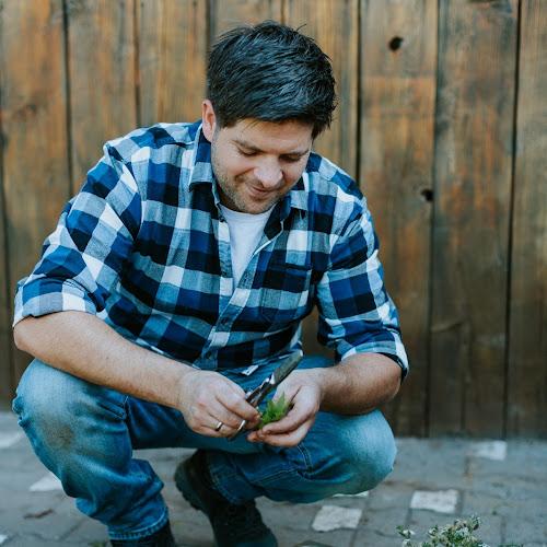 Slow-Food-Koch Andreas Sondej beim Kräutersammeln