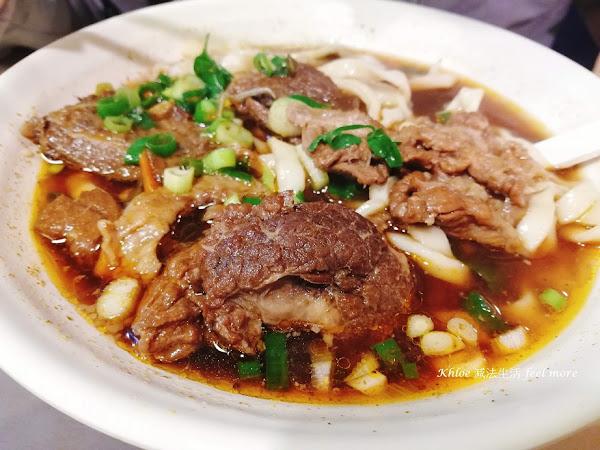 蔣公愛的大份量牛肉麵,刀切麵香Q牛肉嫩,人潮不斷!銀記手擀刀切牛肉麵
