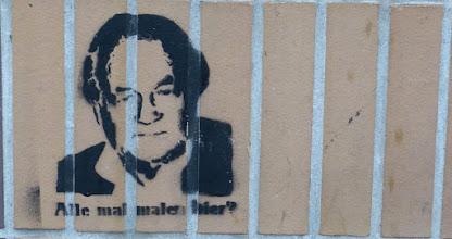 """Photo: Stencil; Unknown Artist; """"Alle mal malen hier?"""""""