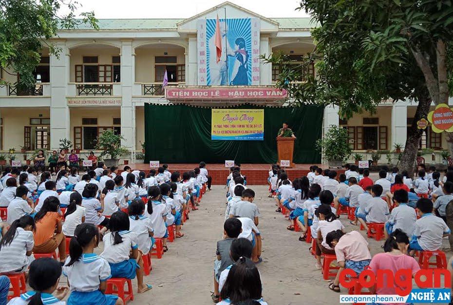 Buổi truyền thông thu hút rất đông các em học sinh tham gia