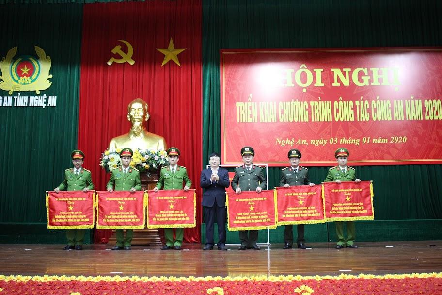 Trao cờ thi đua của UBND tỉnh Nghệ An cho Công an các đơn vị, địa phương