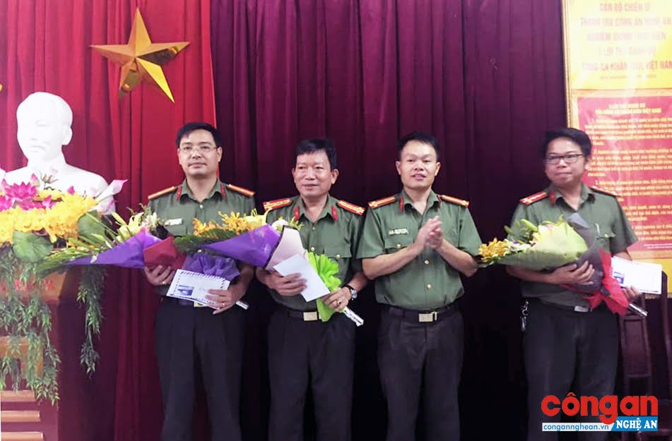 Tặng quà cho CBCS là thương binh, thân nhân liệt sỹ