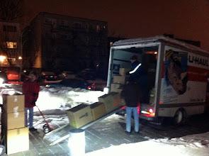 Photo: On décharge le camion, vendredi soir.