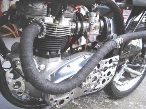 Vue de coté d'un magnifique Triton sur base d'un cadre Norton Manx avec moteur Triumph T 140