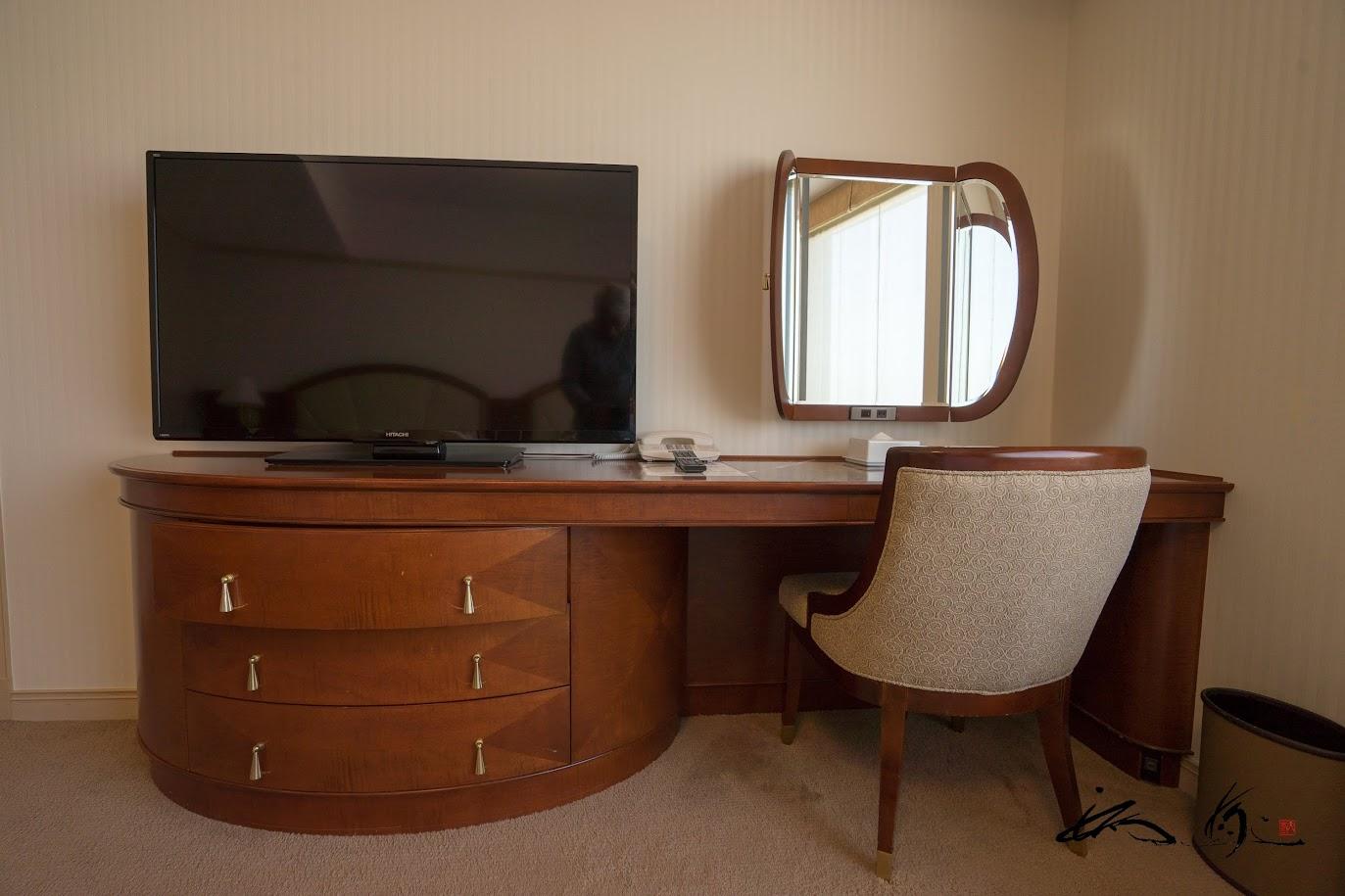 ベットルームのテレビとドレッサー