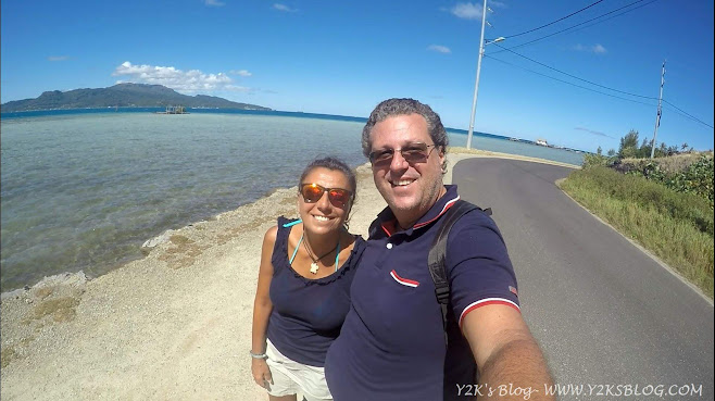 A passeggio per Taha'a, sullo sfondo Raiatea