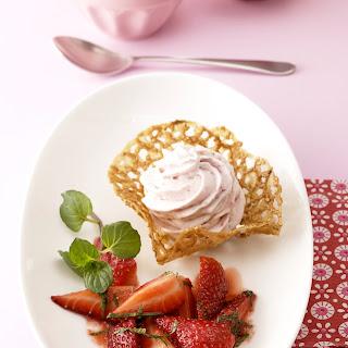 Erdbeer-Mousse im Sesamkörbchen