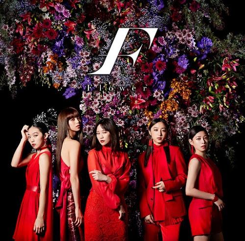 """Imagem promocional do álbum """"F"""" (com logo)."""