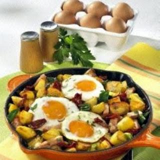 Kartoffelpfanne mit Fleischkäse und Spiegelei