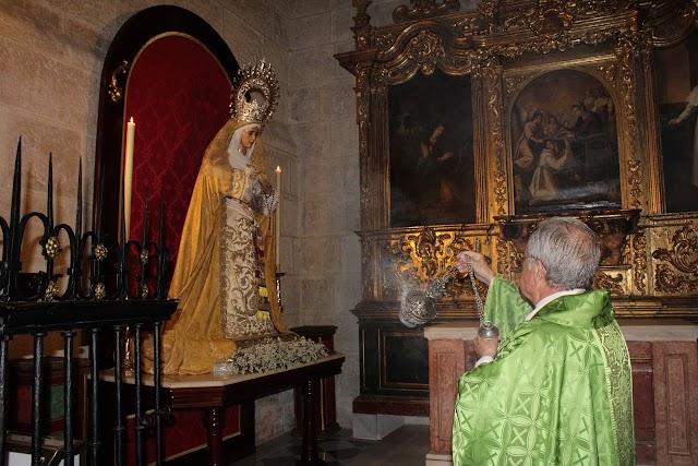 El consiliario incensando a Nuestra Señora del Amor y la Esperanza.