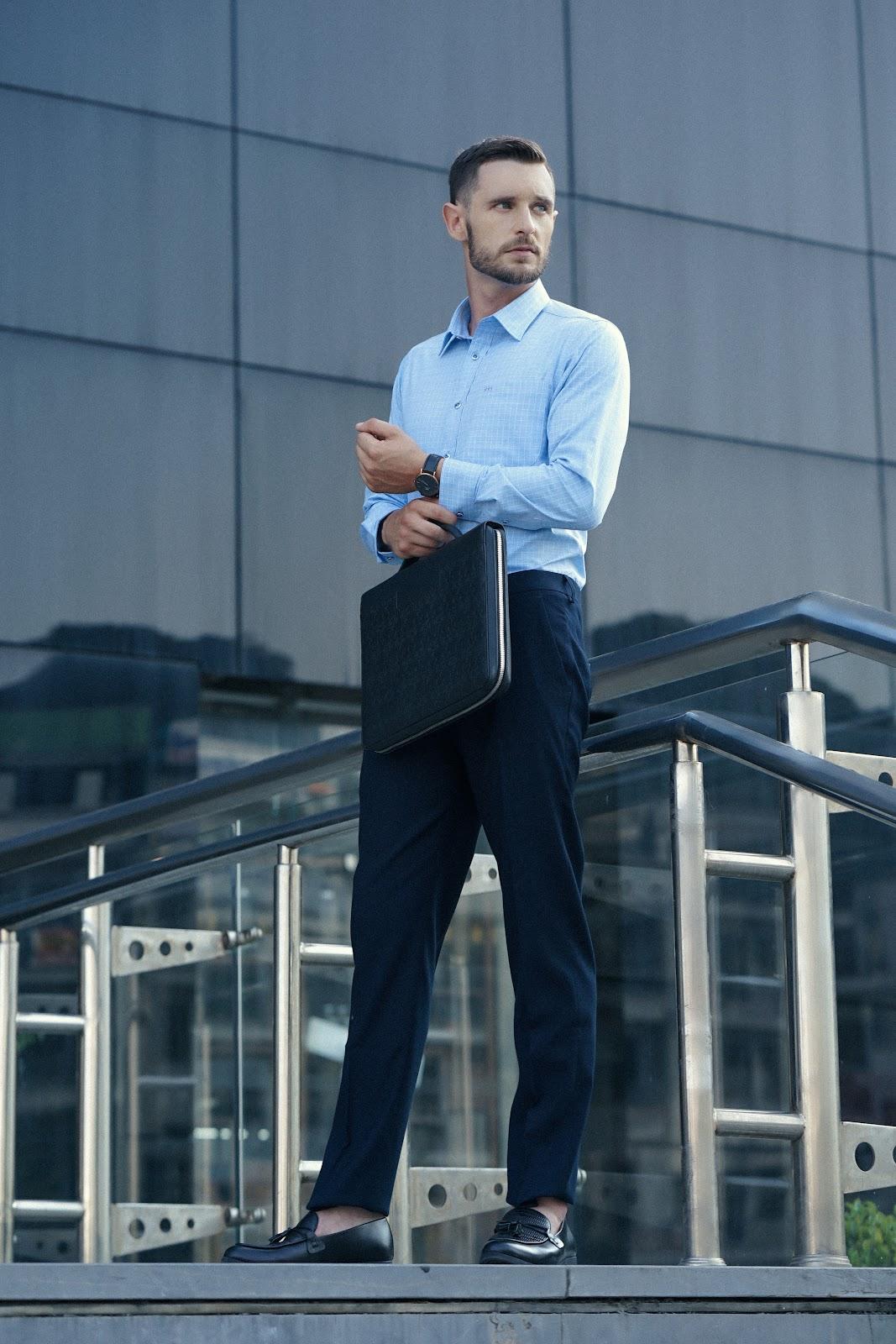 Áo sơ mi màu xanh nhạt là người bạn đồng hành lý tưởng của quý ông trong các buổi đàm phán, gặp gỡ đối tác...