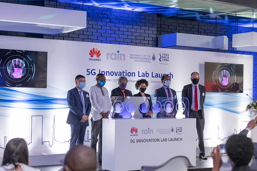 L-R Hauwei Southern Africa VP, Yang Chen; rain non executive chair, Phumlani Moholi, Wits VC, Prf Adam Habib, Tshimologon CEO, Lesley Williams, incoming WITS VC, Prof Zeblon Vilakazi and DDG of International Cooperation and Resources, Dept of Science and Innovation, Daan du Toit.
