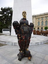 Photo: Rou3S105-151001Bucarest, place Révolution, sculpture hommage aux révolutionnaires morts P1030483