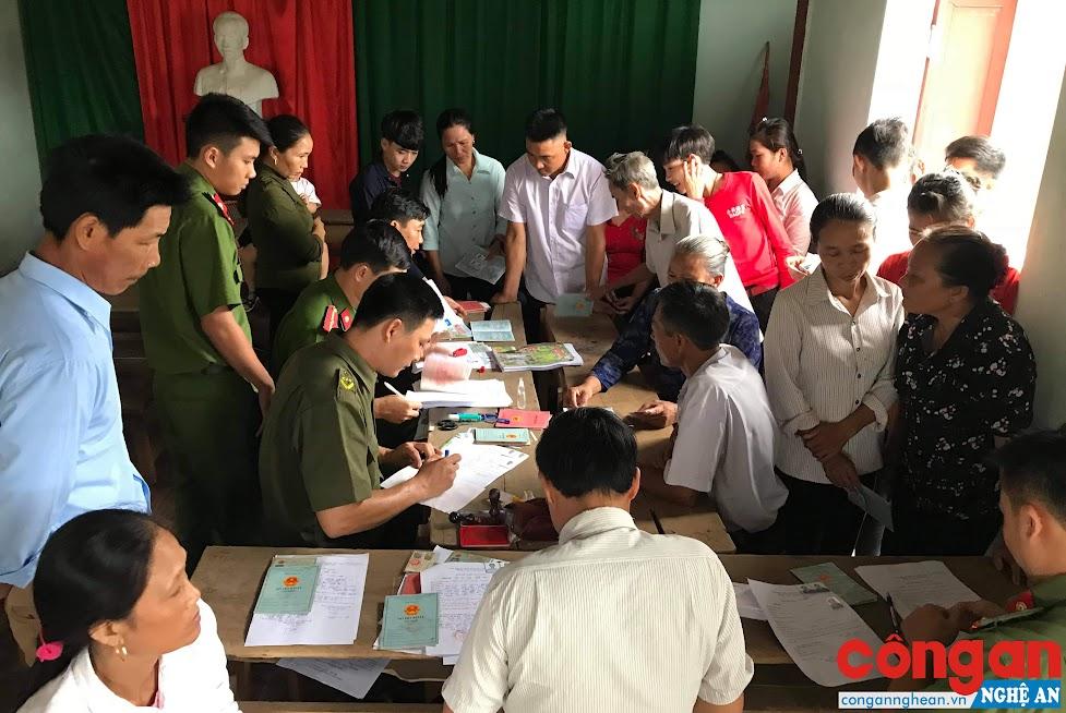 Đông đảo bà con giáo dân được CBCS Công an huyện Nghĩa Đàn về tận nơi làm thủ tục cấp CMND