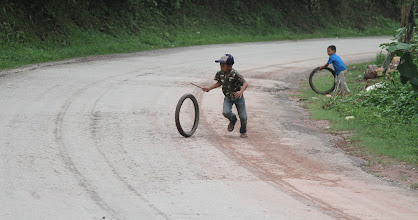 Photo: Vaikai žaidžia tokius žaidimus tiek Afrikoje, tiek Azijoje  Kids play similar games in Africa as well as Asia.