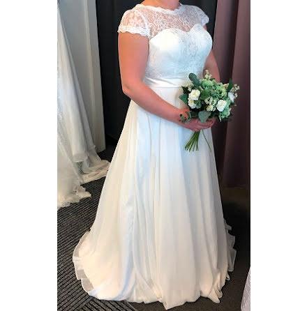 Romantisk och enkel spetsklänning med ärm
