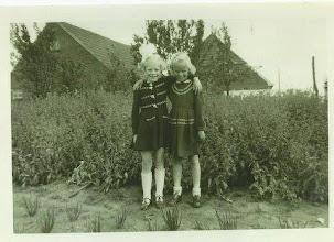 Photo: Twee vriendinnen, Fenny Moek en Metje Dragtsma