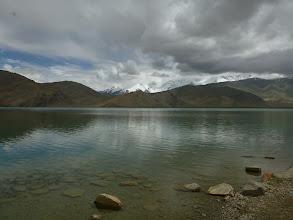 """Photo: I když je dnes poměrně zamračeno, jde zahlédnout horu Muztagh Ata (7 546 m), která tvoří severní okraj tibetské náhorní plošiny. Údajně se jedná o jednu z nejlehčích """"sedmitisícovek""""."""