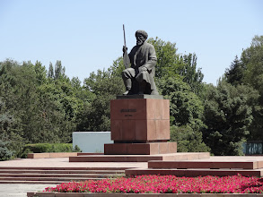 Photo: Bronzová socha básníka, zpěváka a instrumentalisty Satylganova Toktogula. Po tomto umělci, který zemřel v 30. letech minulého století je dokonce pojmenovaná přehrada a elektrárna.