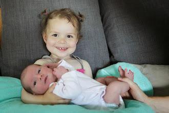 Photo: Dans les bras de ta grande soeur
