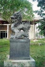 Photo: tượng rồng trước nhà Quốc Học cũ - nay là bảo tàng Cố Cung