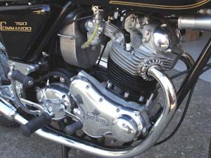 Vue moteur coté distribution de la Norton Commando Roadster entièrement restaurée dans les ateliers de Machines et Moteurs