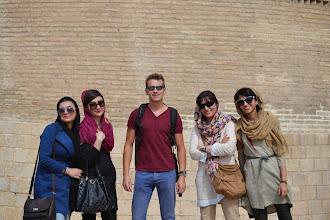 Photo: Autor zdjęć otoczony laskami z Shiraz