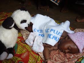Photo: toutes les layettes seront distribuées, même dans les maternités et plannings-familiaux où elles attirent les parturientes et les enfants devant se faire vacciner.