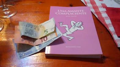 Photo: No terminó de cuajar la idea de pagar toda la cena con 35 euros y un ejemplar firmado de #UnaAmanteComplaciente.