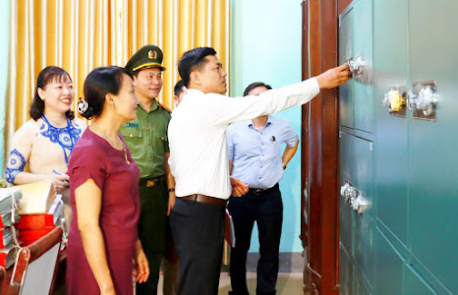 Đoàn kiểm tra thuộc Ban chỉ đạo kỳ thi đang kiểm tra công tác chuẩn bị thi tại Trường THPT Nghi Lộc 2, huyện Nghi Lộc