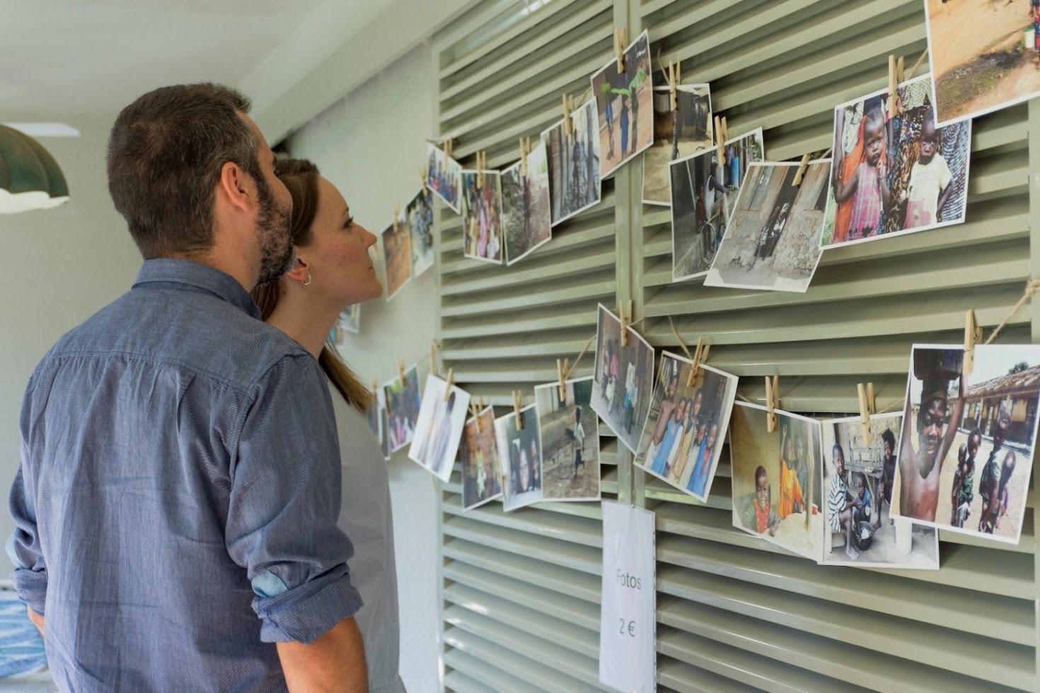 padres viendo fotografías niños sierra leona