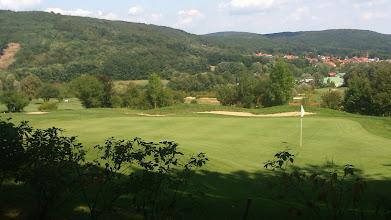 Photo: Golfclub Breitenfurt (Blick ~NO): Green Hole 4, dahinter Hole 1; das olivgrüne Dach gehört schon zum Tennisclub; in der rechten Bildhälfte der Vorderer Kaufberg (422m) und Hinterer Kaufberg (413m); über der Mitte des Bunkers wölbt sich der Kaltbründlberg (508m) im Lainzer Tiergarten.