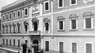 Fachada principal del Cuartel de la Misericordia con las dos garitas que se levantaron frente a la puerta.