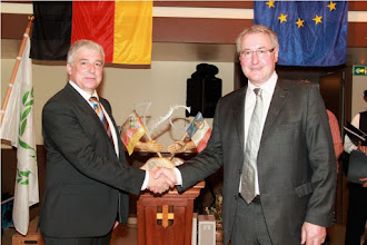 Photo: Ortsbürgermeister Jürgen Frank und Maire Jean-Marc Bouchet