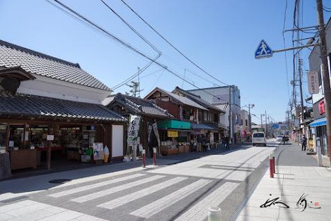 神社前の通り
