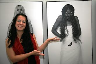 Photo: Sabina Grams aus Nebra (www.nino-photo.eu) vor ihren Arbeiten, Foto: Steffen Grams