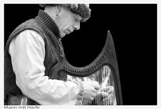 Photo: Mann mit Harfe