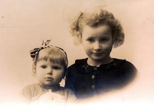 Photo: Jantje en Harmpje Sloots, dochters van Jan en Jantje Sloots-Vos